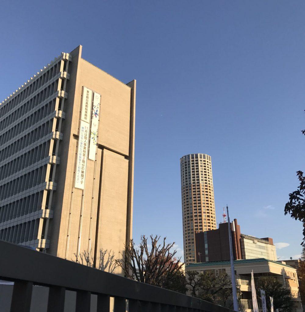 目黒区庁舎が目黒シティランで早朝輝く