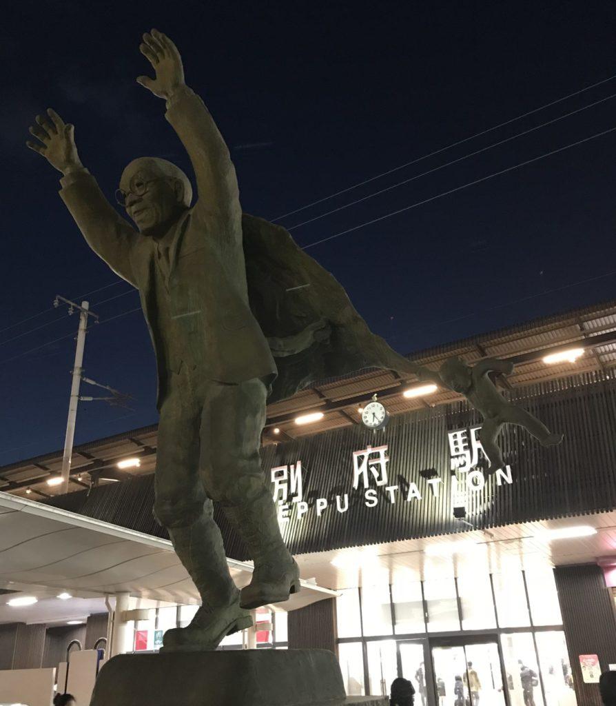 別府駅前の像