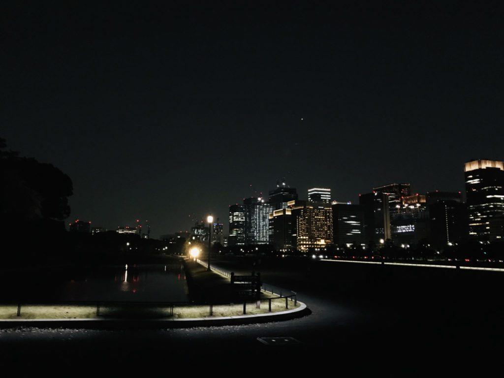 闇夜の皇居と大手町