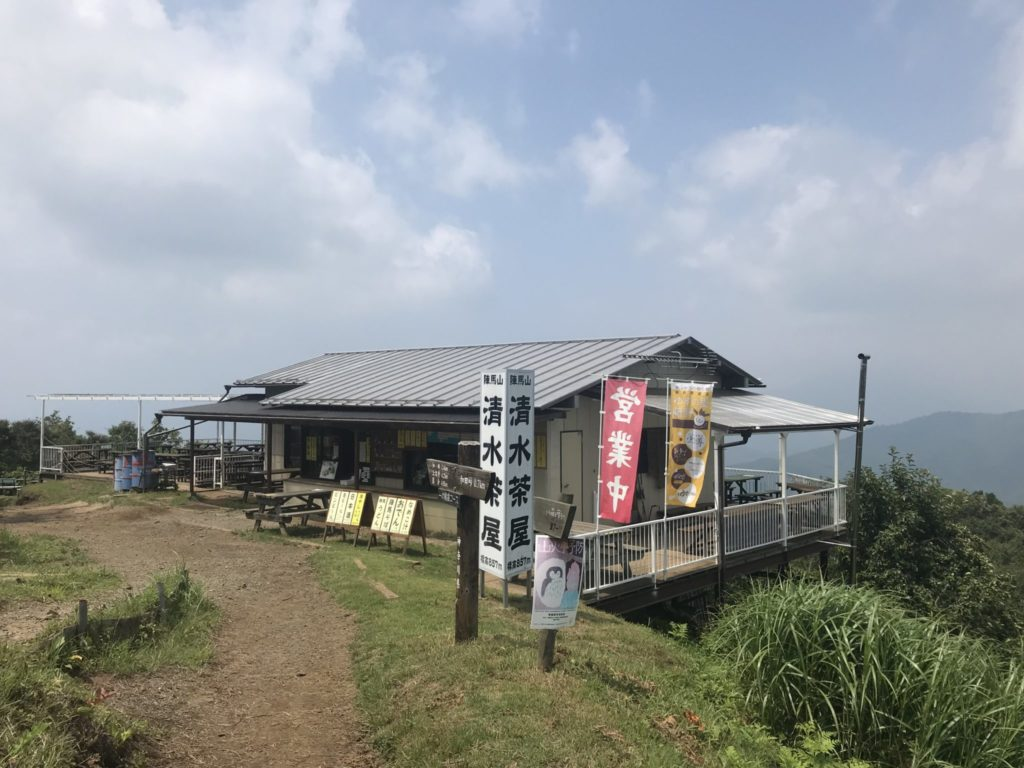 陣馬山へトレイルラン、山頂の清水茶屋