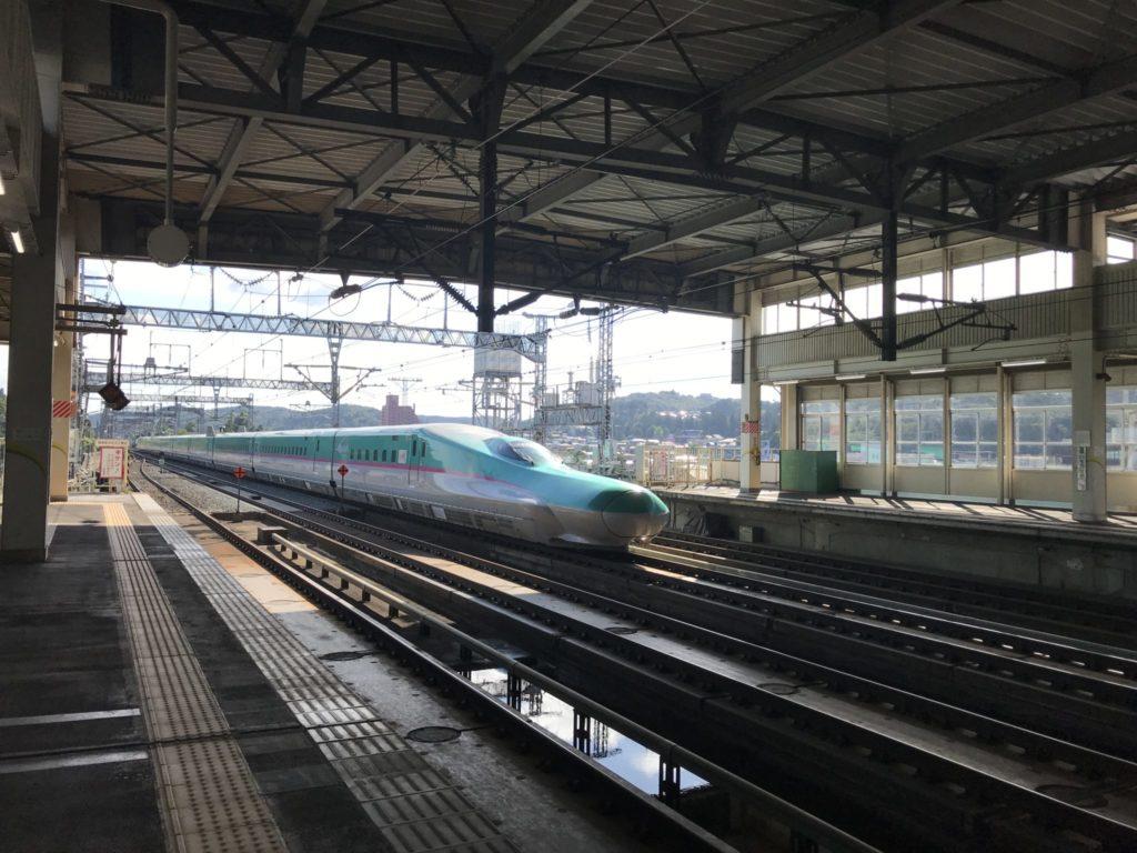 一関駅通過の新幹線