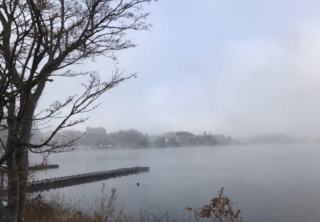 早朝の霧の河口湖