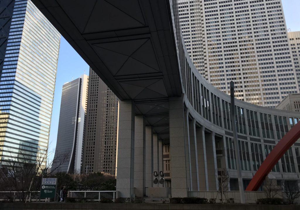 東京マラソンスタート前の雨宿り