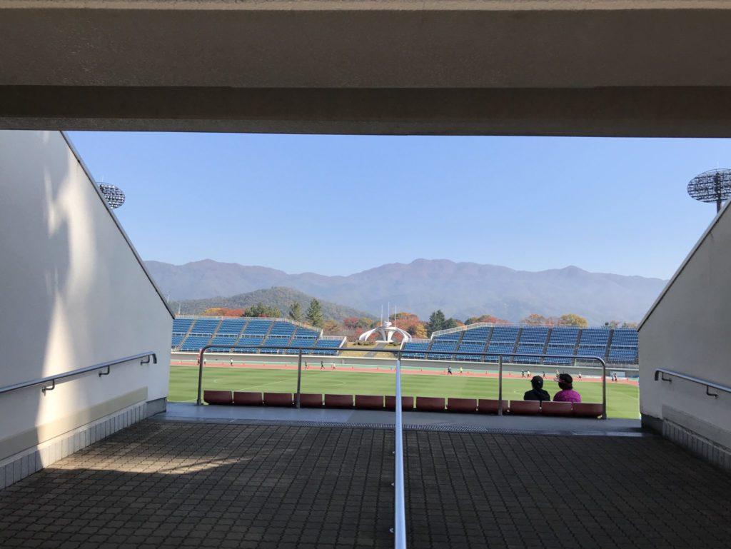 ラ・フランスマラソンの使用競技場から紅葉の山々を望む