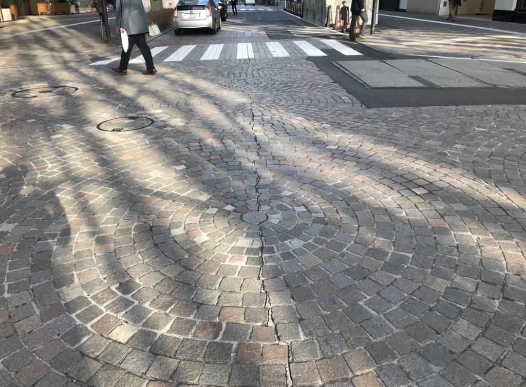 東京マラソンコース、石畳の丸の内仲通り