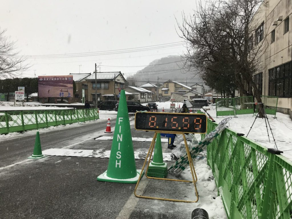 雪の中の村上市元旦マラソン大会
