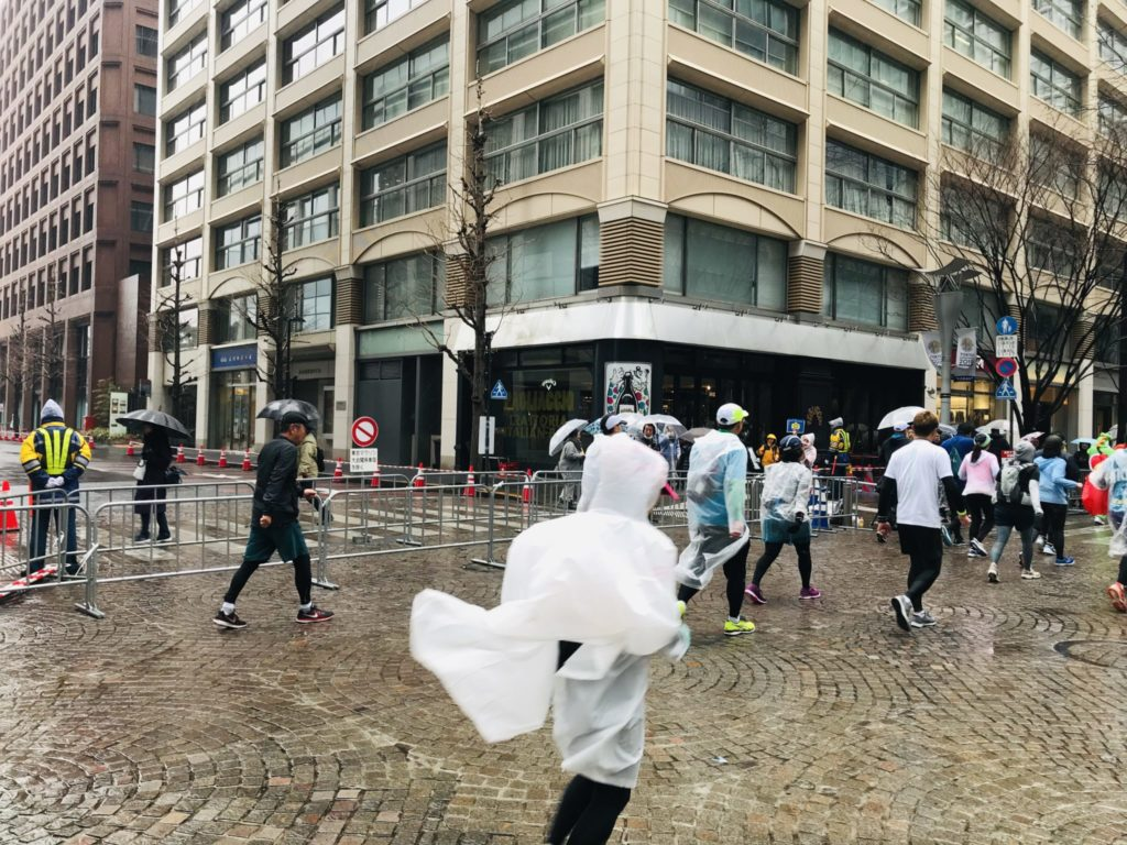 東京マラソン、雨の丸の内仲通り