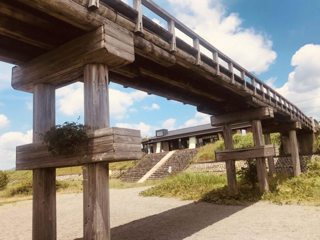 木造の蓬莱橋と茶屋