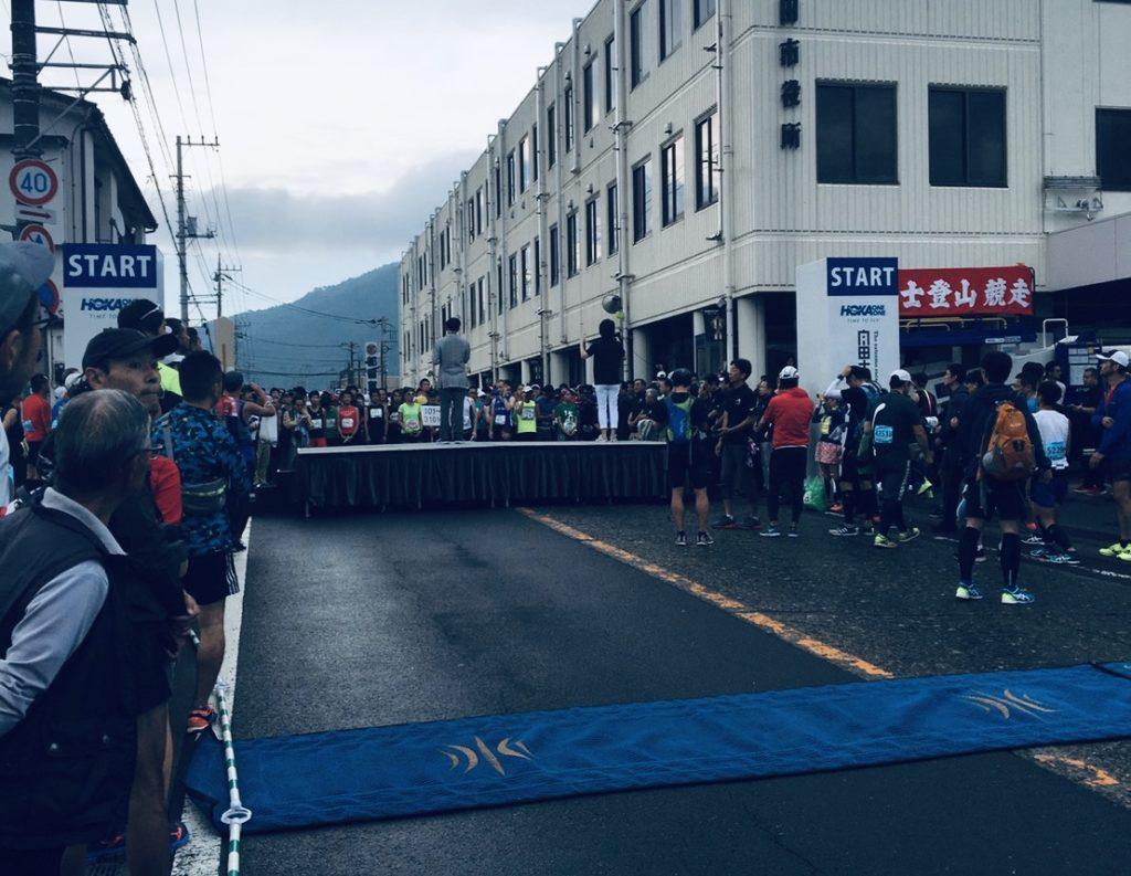 富士登山競走の山頂コーススタート前