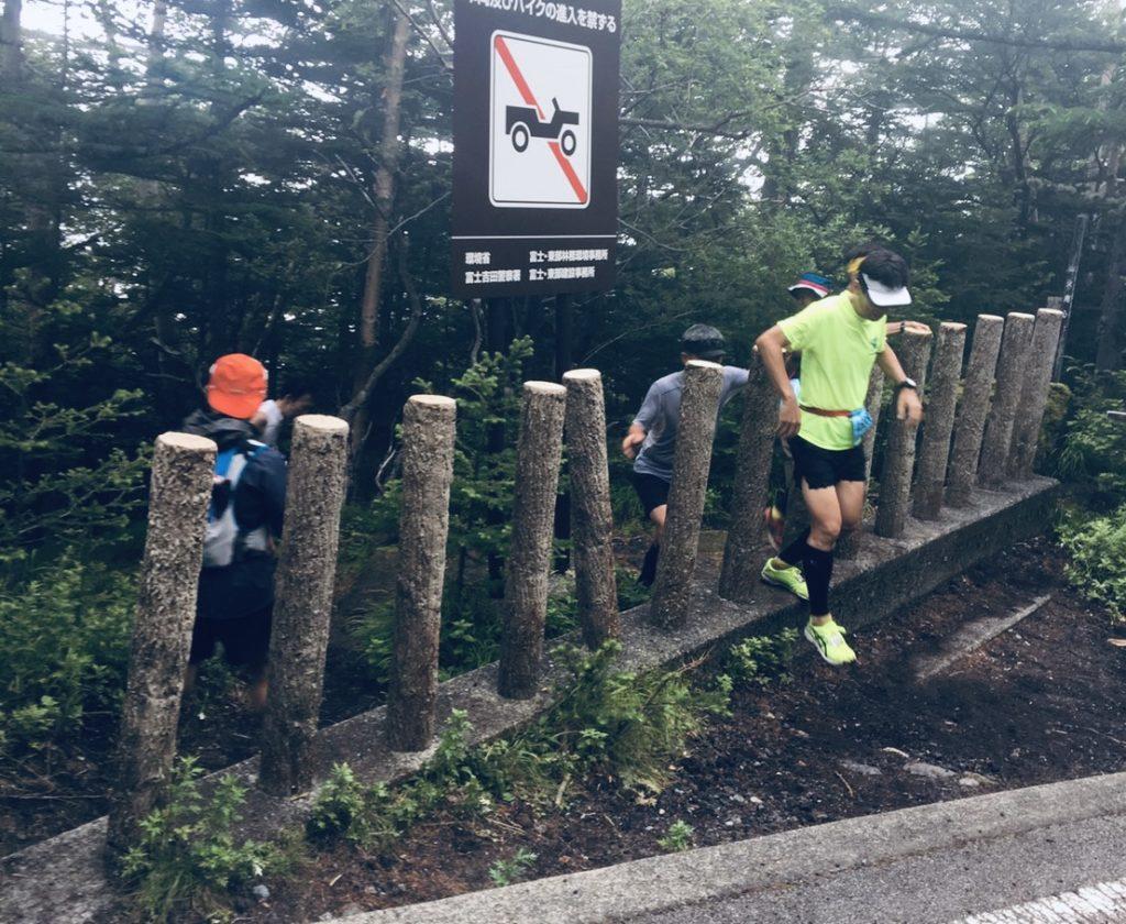 富士登山競走、五合目付近の舗装路へ