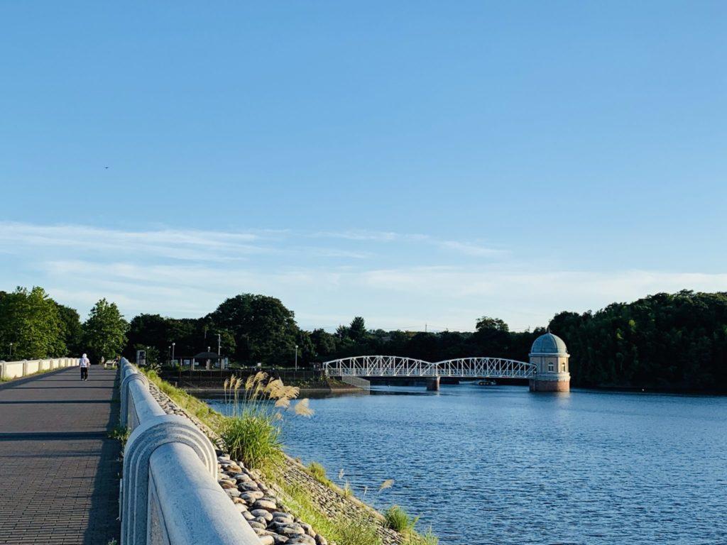 多摩湖自転車道から望む取水口