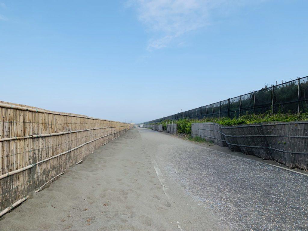 砂の除去が進んだ湘南サイクリングロード
