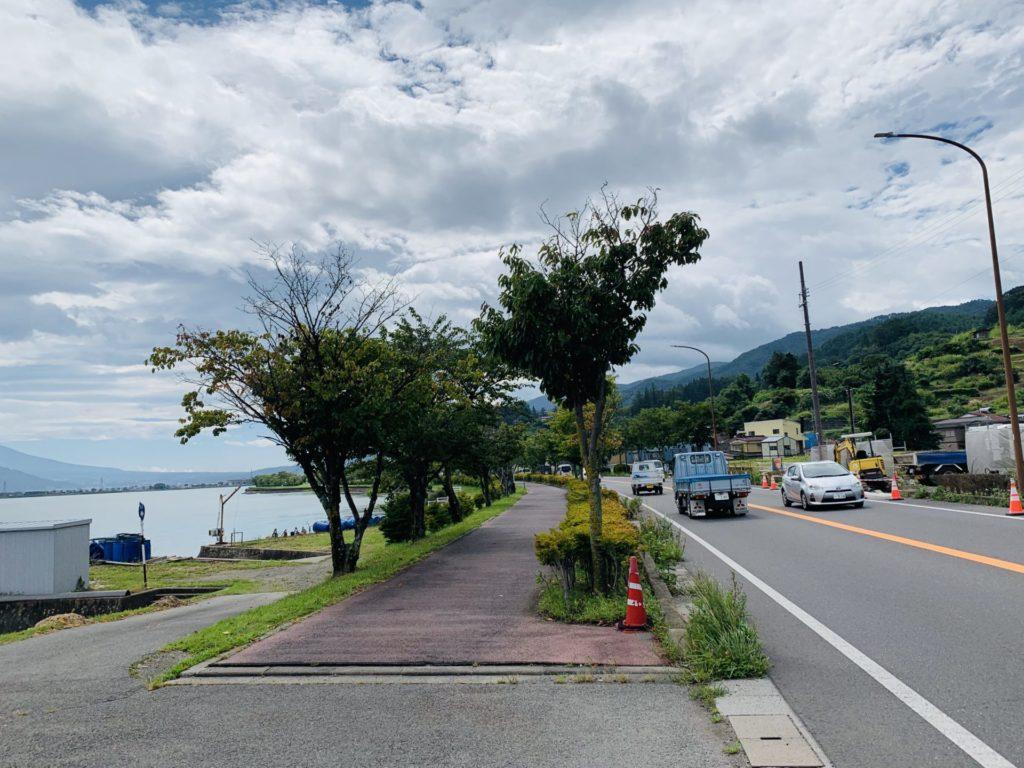 一般道と近い諏訪湖ジョギングコース