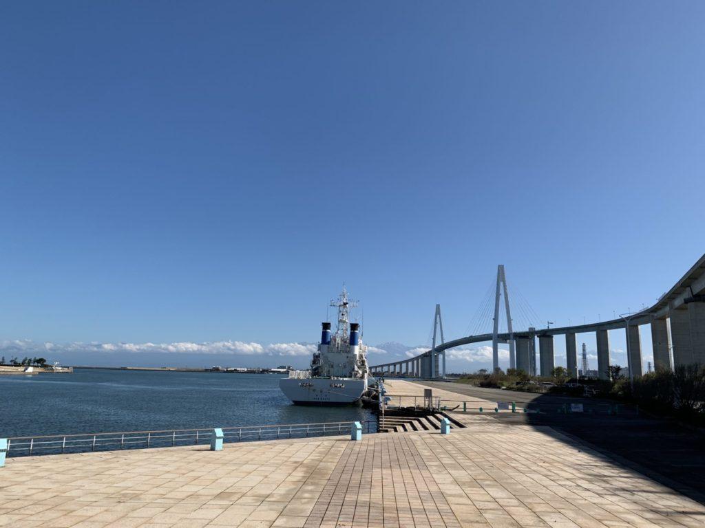 新湊大橋を望む立山連峰と富山マラソン