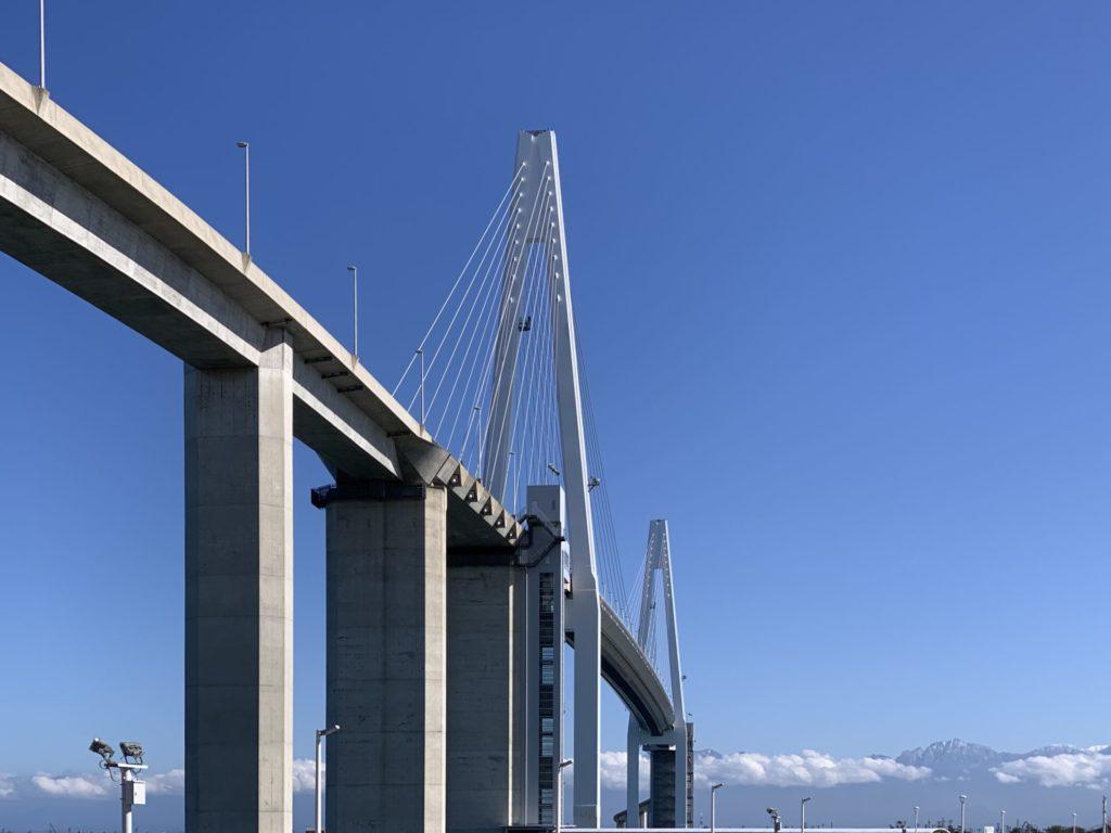 立山連峰を望む新湊大橋