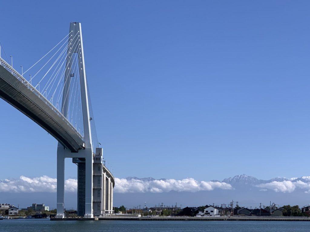 富山マラソンコース、新湊大橋と立山連峰