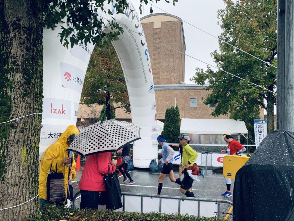 雨の富山マラソンのゴール