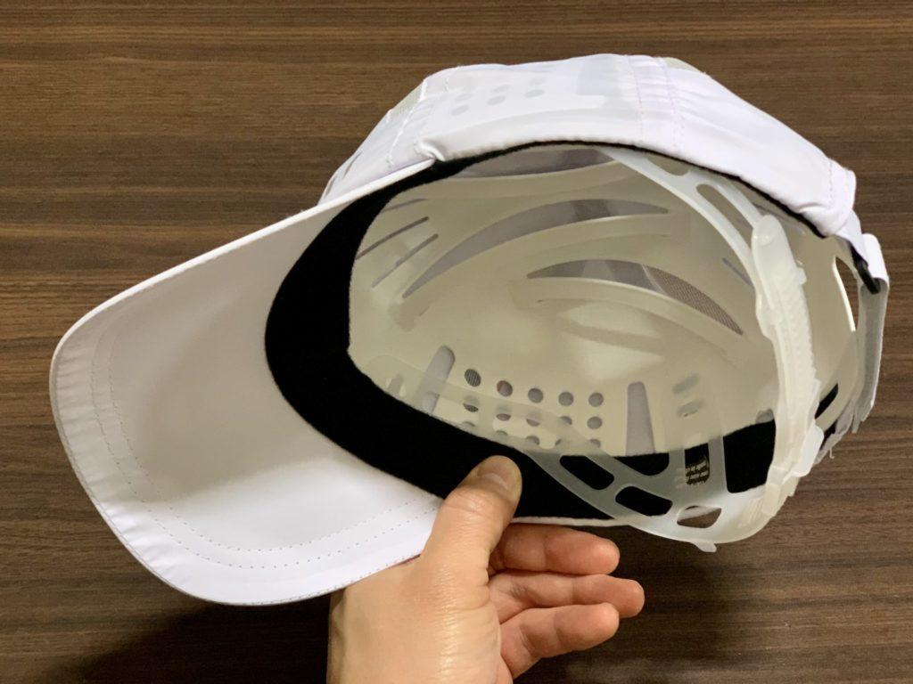富士登山競走で配布されるヘルメットの装着方法