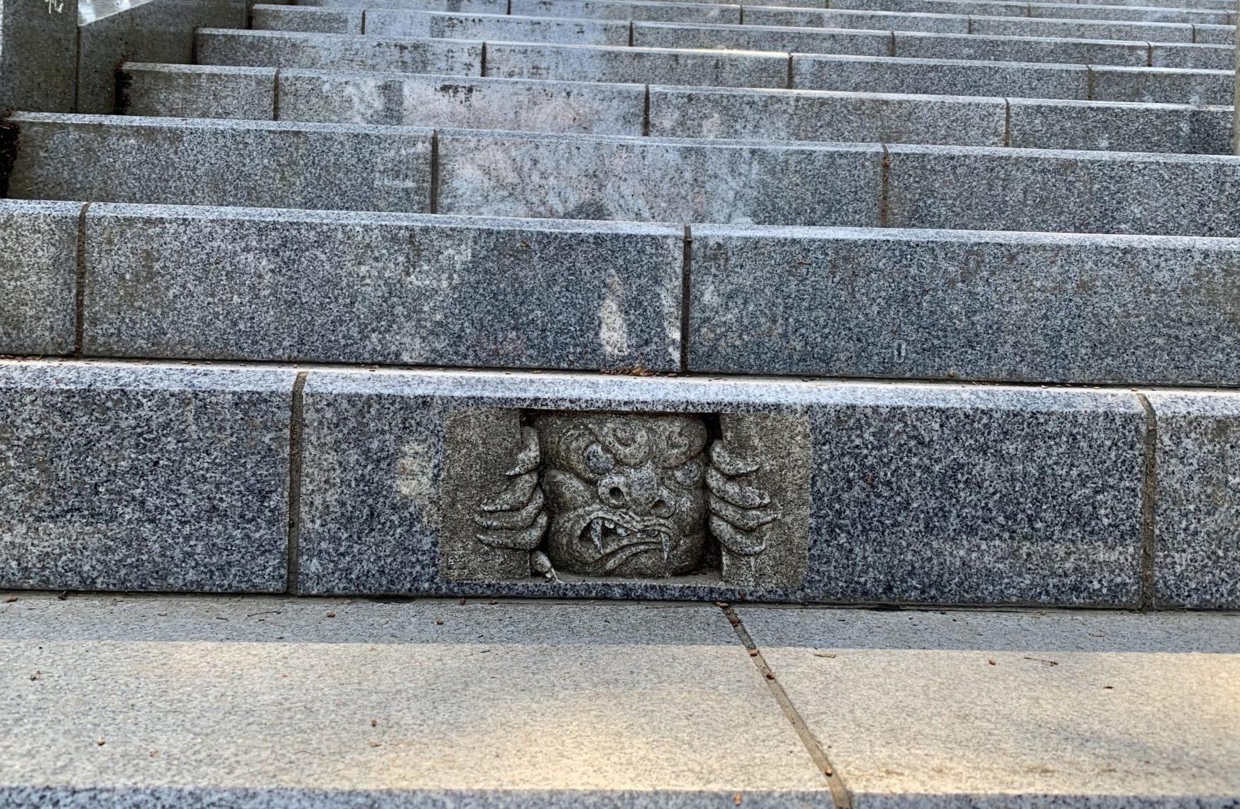武蔵御嶽神社の階段に鬼