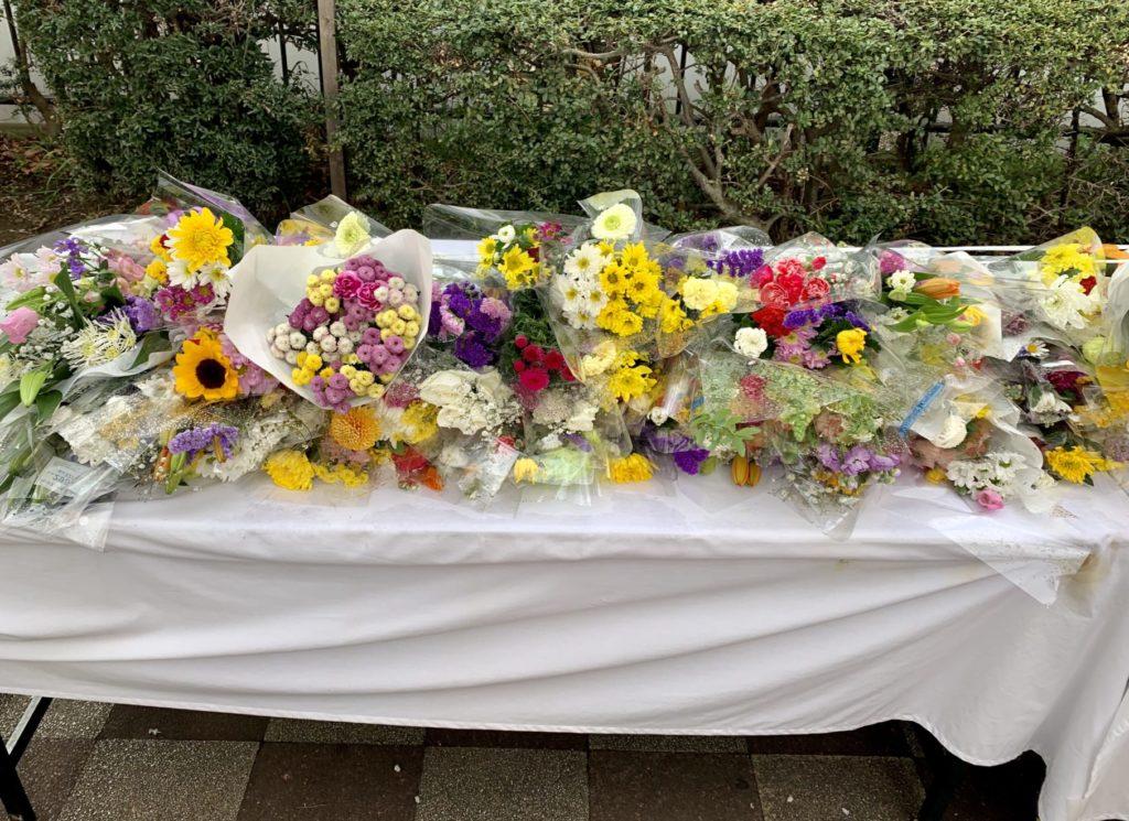 東村山駅に設置された献花台