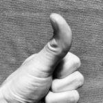 親指でセルフマッサージ