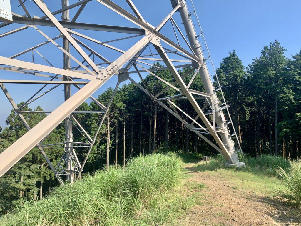 大山から鶴巻温泉へトレラン、電線塔脇を通過