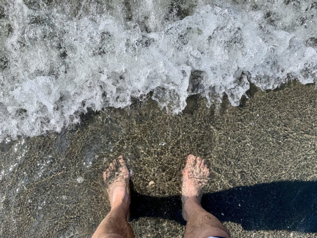 湘南をランニング後に海で脚を冷やす