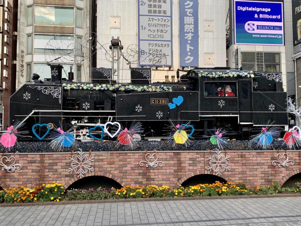 新橋駅SL広場を横切ってランニング