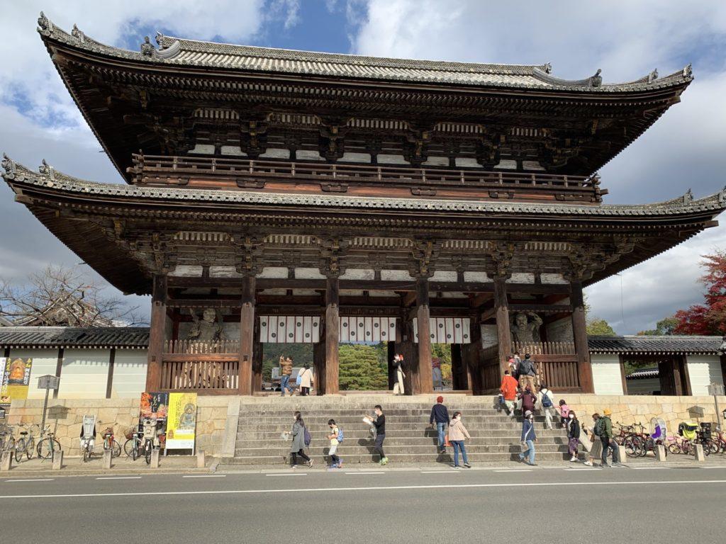 京都マラソンの風物詩、仁和寺前