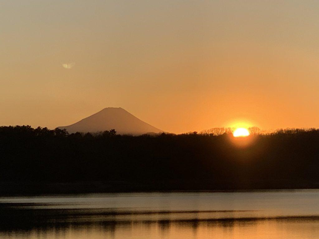 多摩湖に沈む夕日と富士山