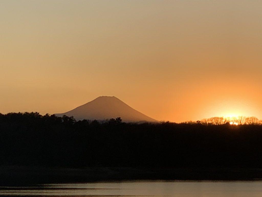 多摩湖と富士と夕日