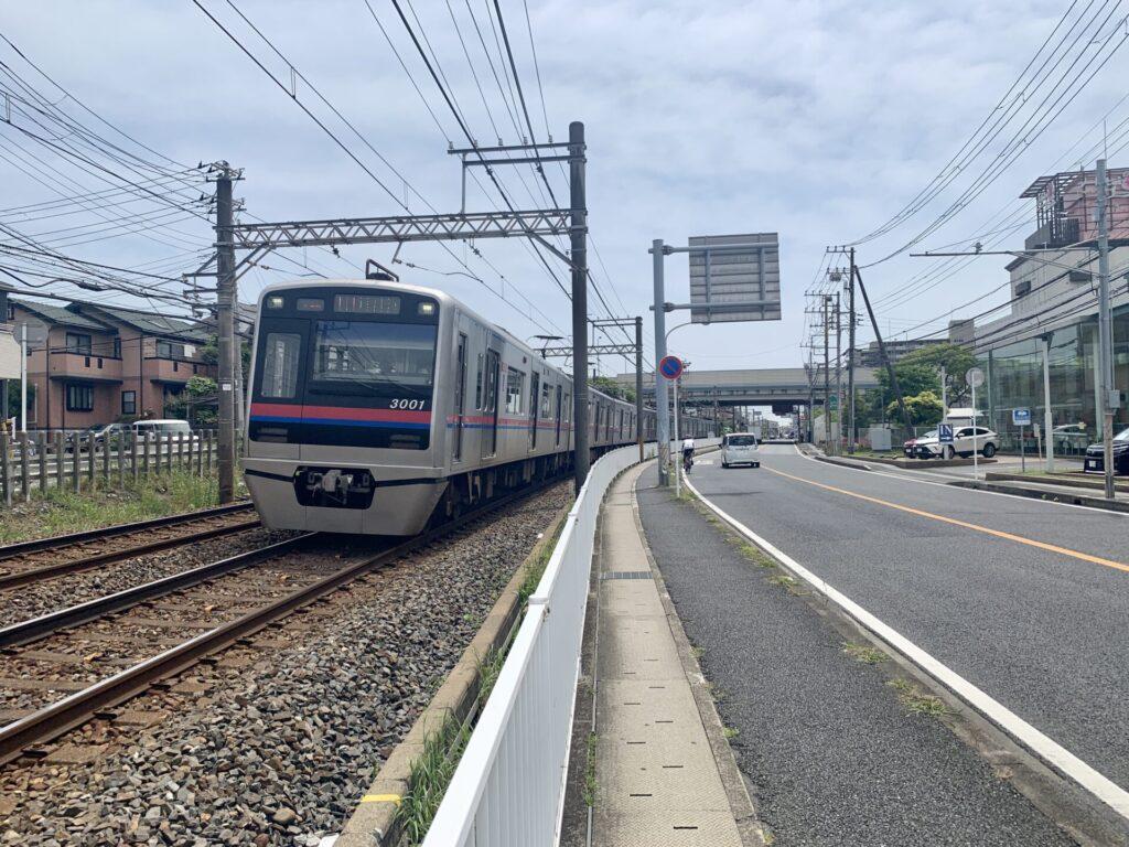 京成電鉄脇をロングラン