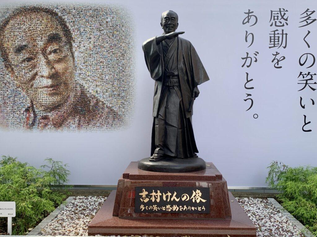 ランニングで東村山駅の志村けんの像に立ち寄る